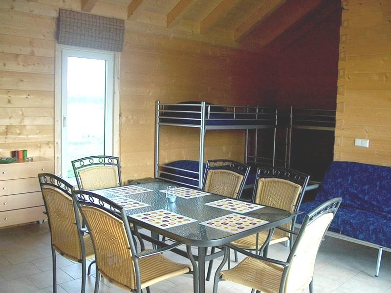 Tafel en stoelen en bank